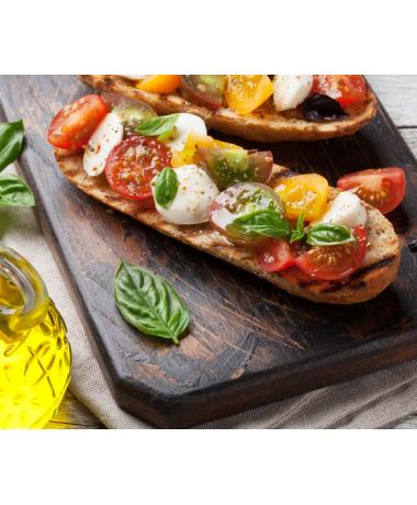 Bruschetta tomate cerises rouges et jaunes, mozzarella et pistou